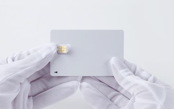 LINEモバイルSIMカードを台紙から切り取る